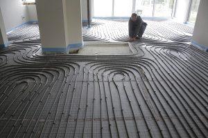 Eine Fußbodenheizung verlegen, ist Sache des Fachmanns.