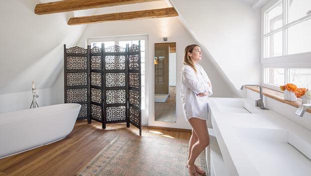 Gut Dieses Bad Mit Dachschräge Erlaubt Am Waschbecken Den Blick Ins Grüne.