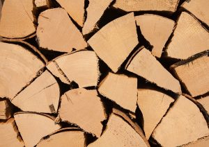 Eigentlich sollte es selbstverständlich sein, dass in einem Komfortkamin nur trockenes Holz und keine Abfälle verfeuert wird.